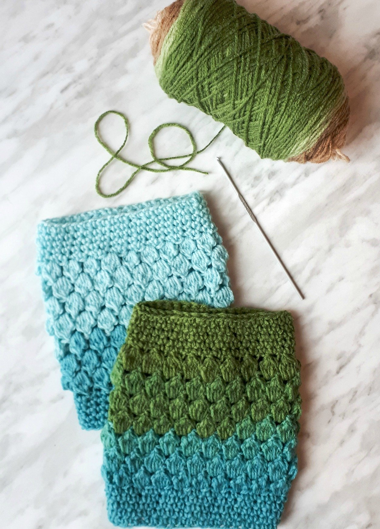 Free DIY tutorial for cute crochet ankle warmers. Stay warm this winter with this cute & quick diy crochet project!