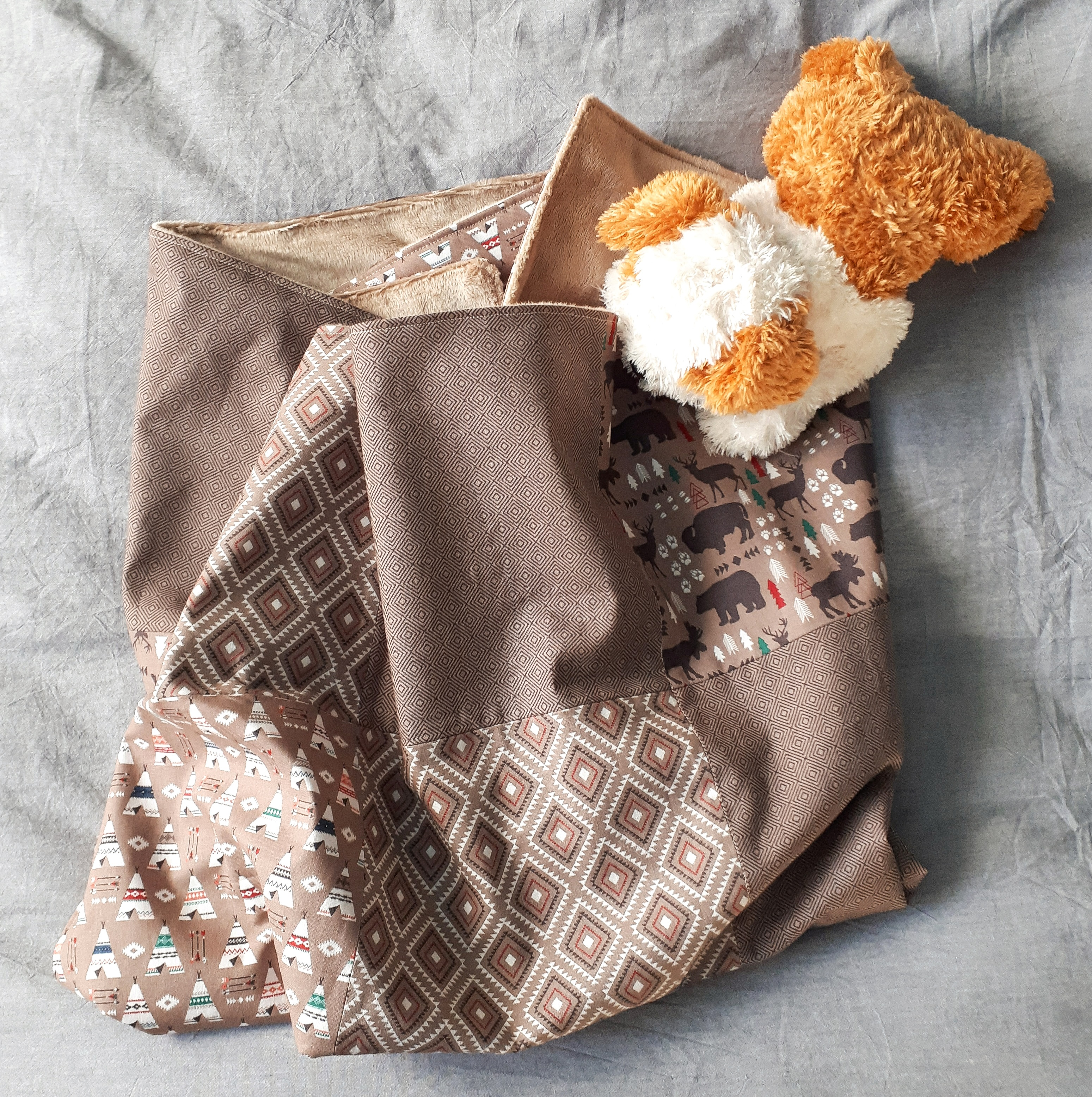 An adorable and super cozy patchwork baby blanket tutorial. This simple sewing project only requires 4 fat quarters and 2 hours to complete!