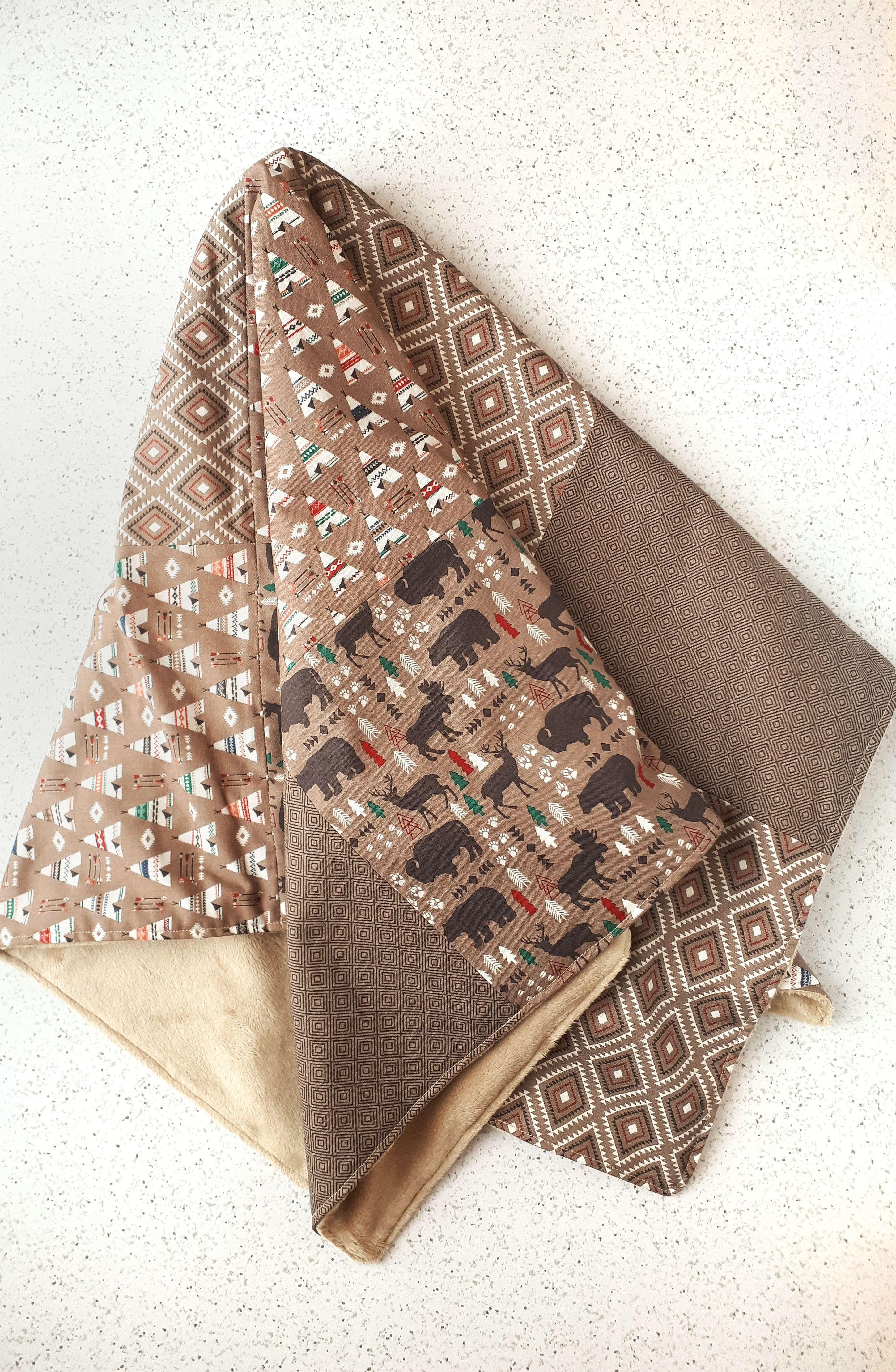 Cute patchwork baby blanket tutorial. You only need about 2 hours to complete this simple DIY sewing project!