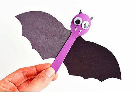 Adorable wooden spoon bats, fun Halloween craft for kids.
