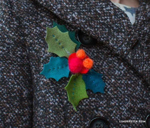 25 Unique handmade gift ideas to make or sew. Felt Christmas crafts. DIY Holly brooch.