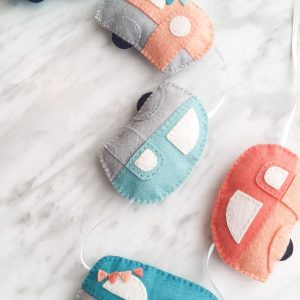 Adorable felt trailer caravan bunting. Free pattern and tutorial for these wool felt caravans. A great project for using up felt scraps. Adorable DIY decor for a nursery or playroom!