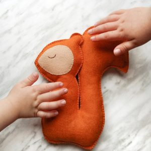 DIY Felt squirrel plushie. Make an adorable stuffed animal with this simple tutorial and free pattern