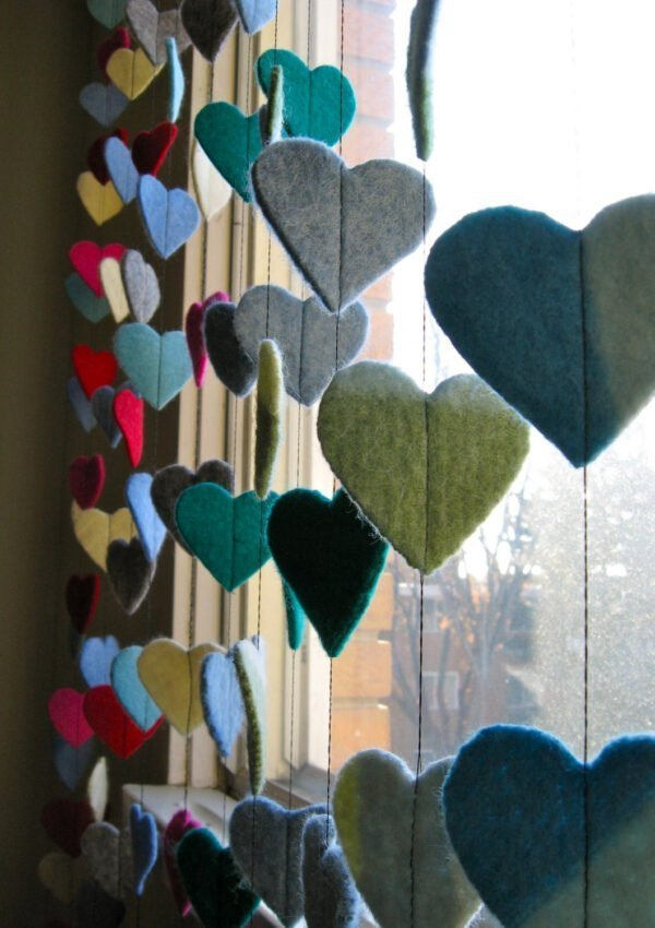A great way to use up felt scraps, make a garland out of felt hearts!