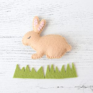 Cute felt bunny DIY. Grab the free pattern for this simple and sweet felt bunny sewing project