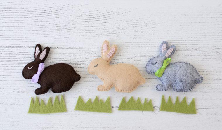 Tiny felt bunnies. Free pattern for felt rabbits.