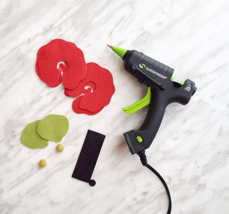 Cut out the elements for the DIY felt poppy flower