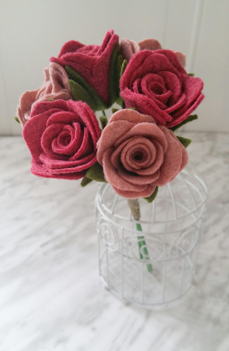 Super easy felt flower tutorial. Free pattern for DIY felt rose stems.