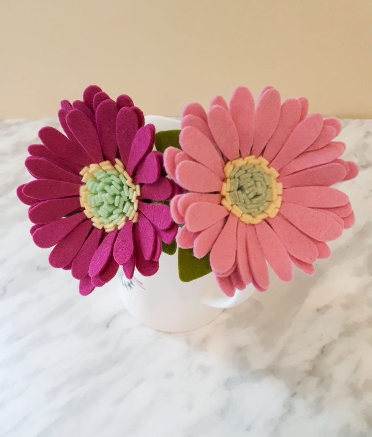 Pretty gerbera daisy felt flower DIY. Make a bouquet of felt daisies with this step by step tutorial.
