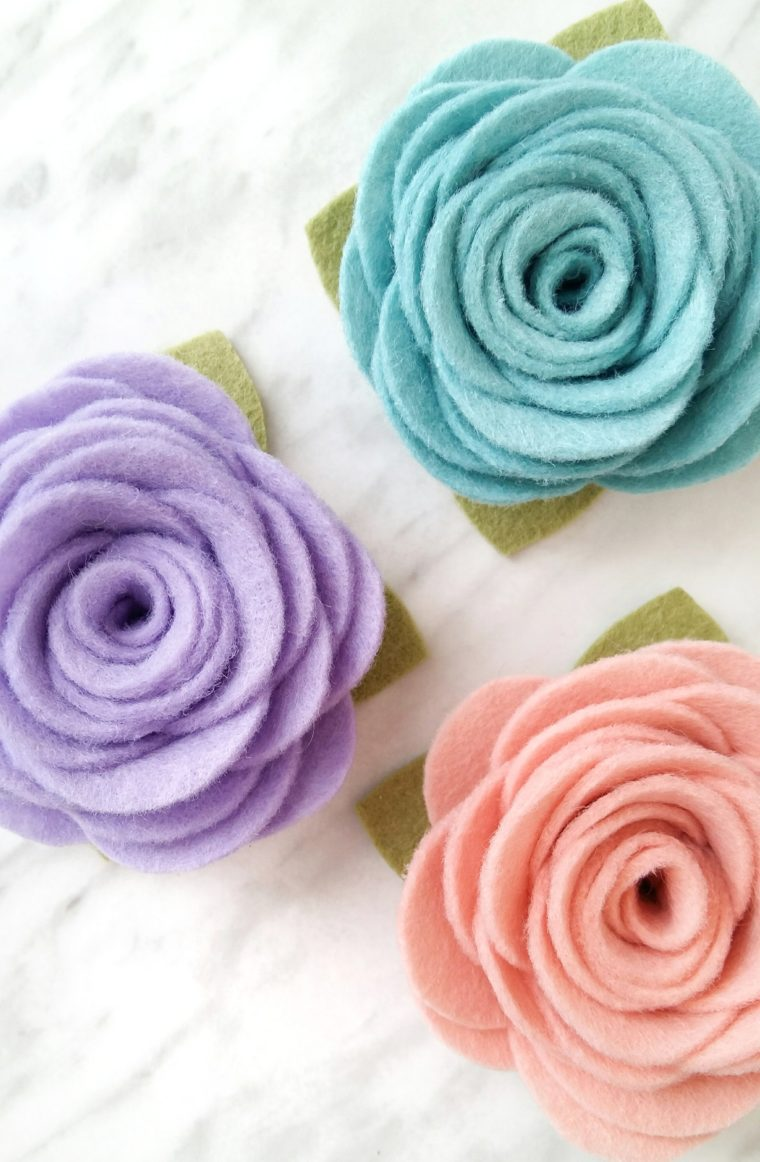 How to make easy and beautiful felt flowers to use for headbands, hair clips or decor. DIY felt flower tutorial with free printable pattern.