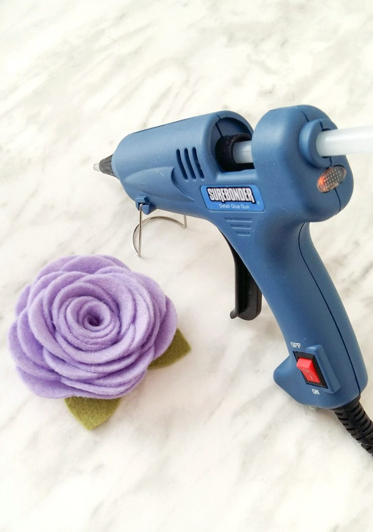 How to make felt flowers using the best glue gun. Free printable pattern for a felt flower headband.
