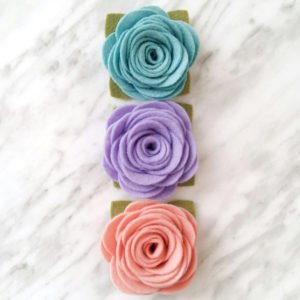 How to make simple felt flowers. Rolled rose felt flower tutorial. DIY tutorial for felt flowers with free printable pattern.