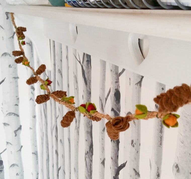 DIY felt pinecone garland. Add some little felt berries for pops of colours!