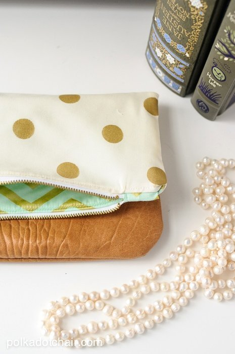 21 DIY zipper pouch patterns and tutorials. DIY foldover clutch