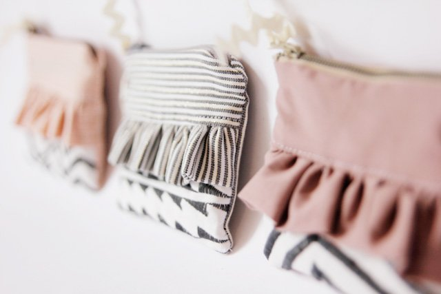 Adorable ruffled zip pouch pattern and tutorial
