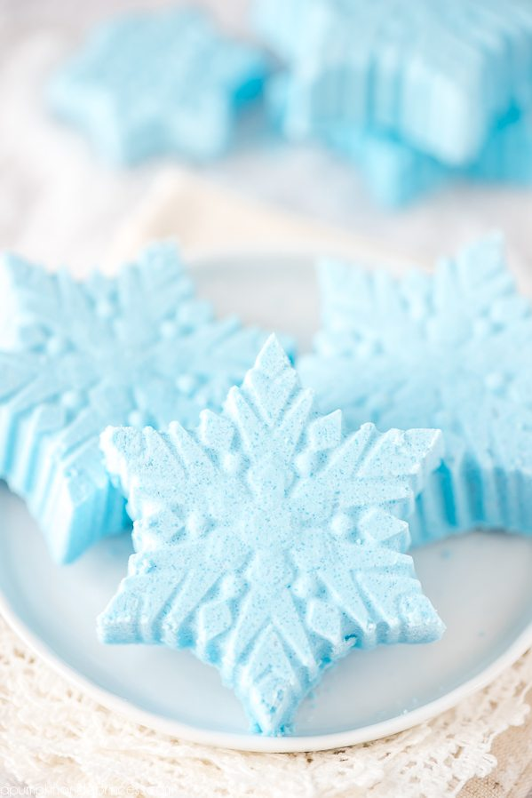 DIY Peppermint snowflake bath bombs. DIY bath product gifts for Christmas