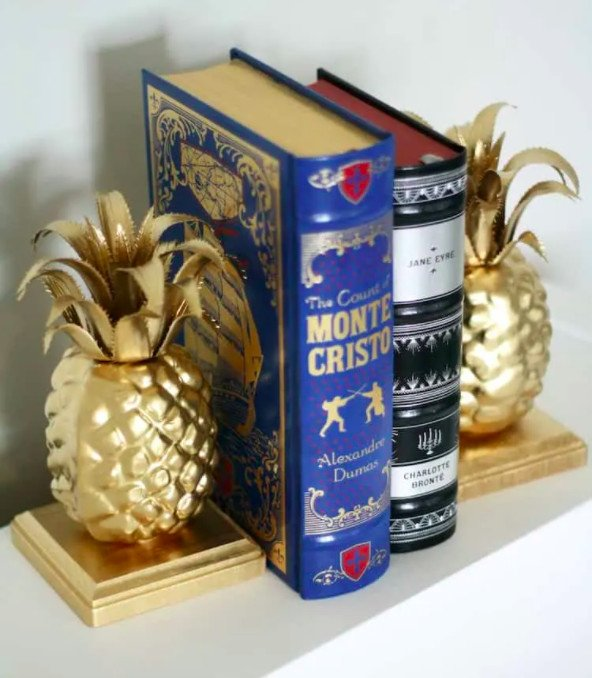 Super fun pineapple bookends. Upcycle some fruit decor into cute bookends for a crafty Christmas gift.