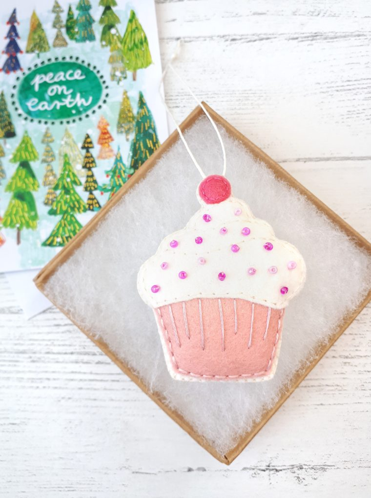 DIY Felt cupcake ornament with free printable pattern. Easy felt ornament DIY. How to make a felt cupcake to use as play food.