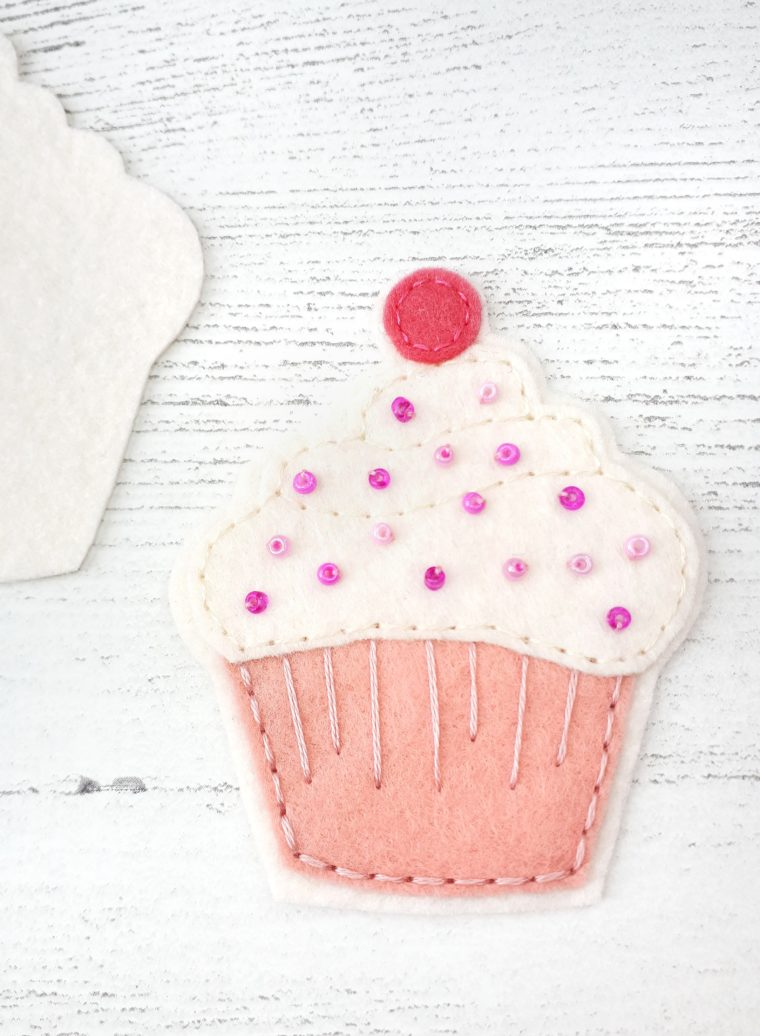 How to make an easy felt cupcake. DIY felt cupcake tutorial with free pattern download.