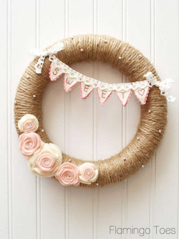 Floral wreath DIY perfect for Valentine's Day. Ideas for felt decorations for Galentine's Day.