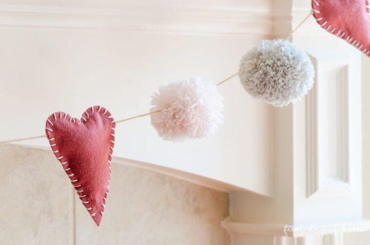 18 DIY Felt decorations for Valentine's Day. Felt heart and pom pom garland DIY