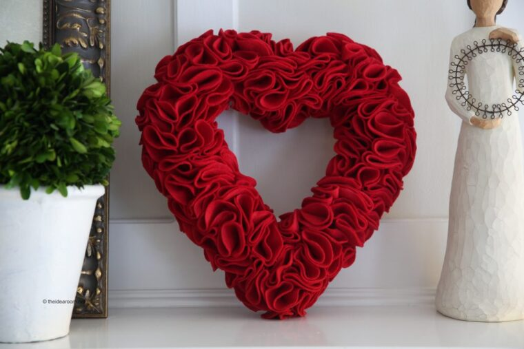 Beautiful felt heart wreath for a mantle or to hang on the wall for Valentine's Day. 18 DIY felt projects.