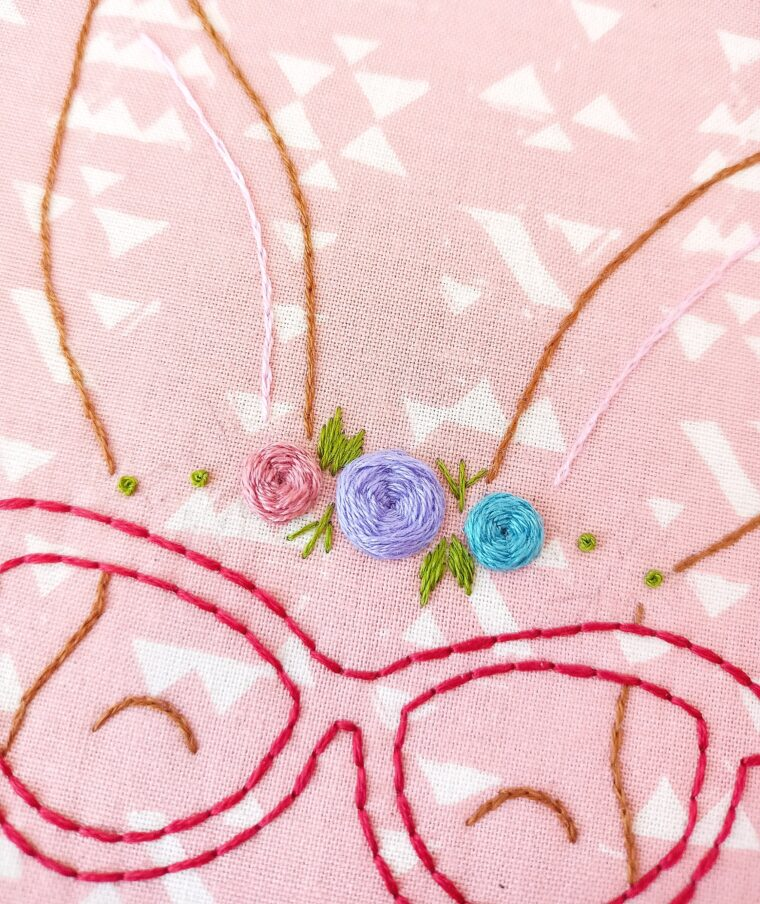 Add some green detailing to the floral arrangement on this free embroidery pattern