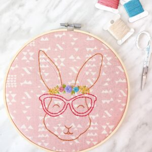 DIY bunny embroidery with flowers. How to embroider a cute woodland animal. Free embroidery pattern for beginners. The sweetest floral bunny embroidery pattern free to download.