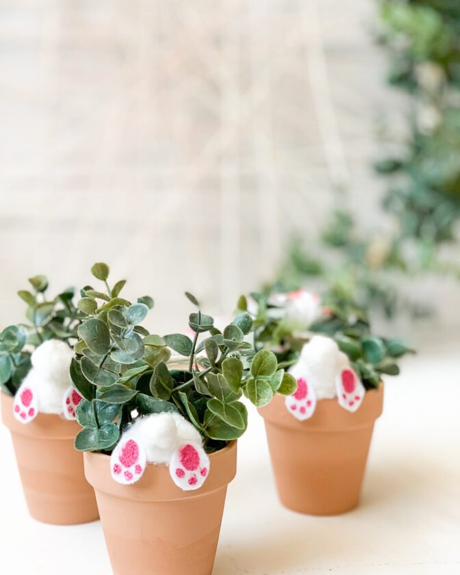 DIY Bunny butt planter pots. Such a cute Easter project to decorate your home!