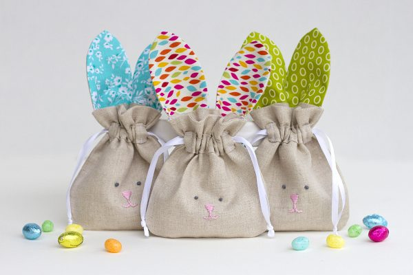 Awesome drawstring bunny bags for Easter egg hunting. 19 Cute diy bunny crafts to make or sew.