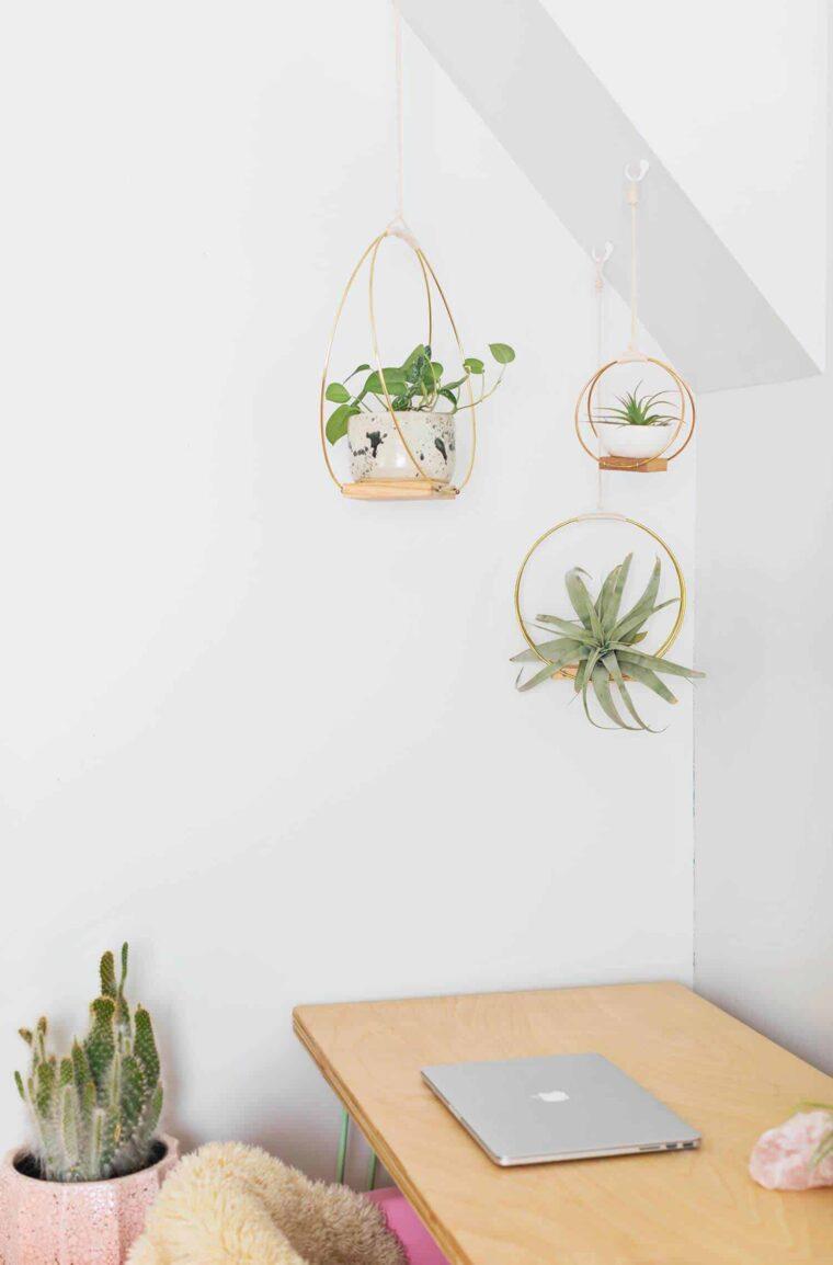 Beautiful DIY hanging planters to make for Mother's Day.