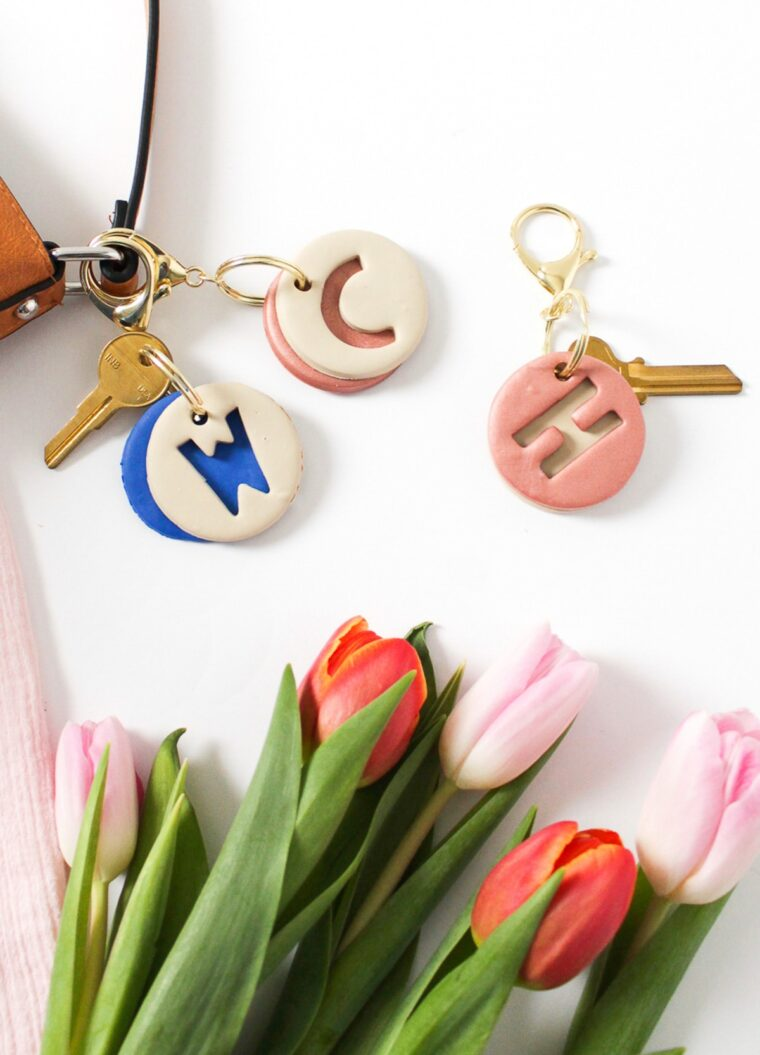 DIY monogrammed clay keychain. Simple and easy DIY gift ideas.