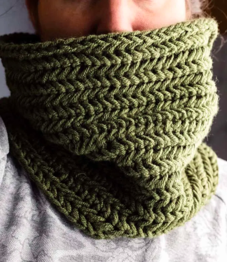 Crochet cowl scarf pattern for men. Awesome Father's Day gift ideas to make at the last minute.
