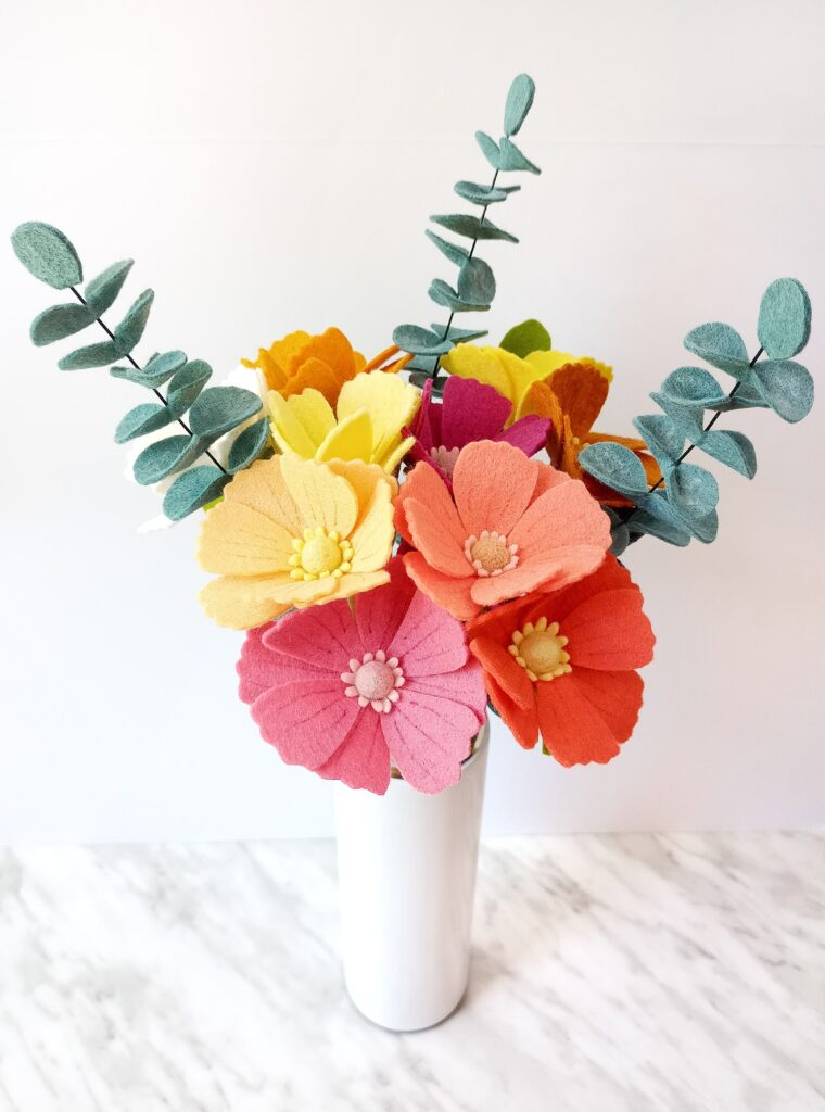 Beautiful felt eucalyptus and cosmos bouquet with free patterns to download. How to make felt floral arrangements